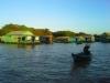 05. jezero Tonle Sap - takole se kamboška gospa, živeča na jezeru, odpravi na obisk k sosedi
