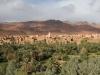 Pogled na pokrajino oaze Tinehrerja z rodovitnimi polji in vasicami iz puščavske arhitekture.