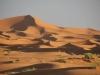 Pogled na sipine Erg Chebija ob sončnem vzhodu.