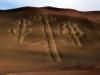 Nenavadne linije na obali narodnega parka Paracas. Izvor linij je neznan, strokovnjaki ocenjujejo, da izvirajo iz 2.stoletja pnš. Vidne so tudi iz oddalj.
