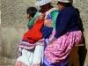 V središču vasice Cabanaconde, 3200 m visoko. Domačinke v tradicionalnih oblekah in klobučkih..