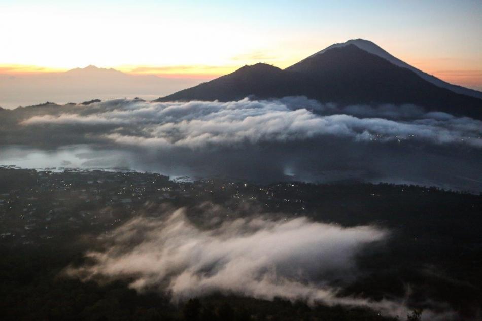 Batur-prva svetloba, svet se prebuja
