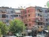 63-Živahno pobarvane fasade blokov v Tirani.jpg