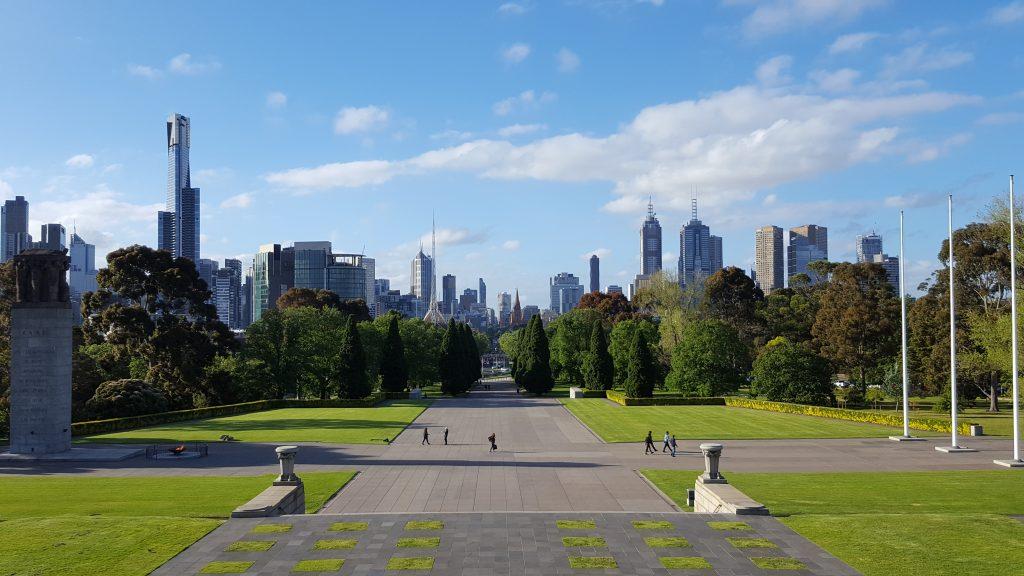 1. Eden izmed lepših pogledov na mesto Melbourne se odpira z vrha hriba , kjer stoji spomenik padlim vojakom