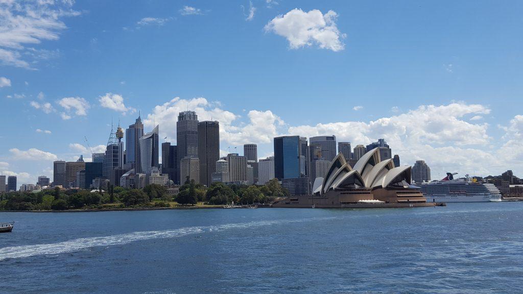 2. Lepi pogledi iz druge perspektive se ponujajo med vožnjo z ladjo po Sydneyskem zalivu.