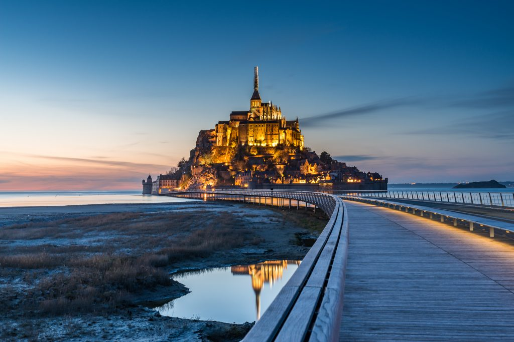 Francija-Mont St. Michel-most z gradom (mrak)