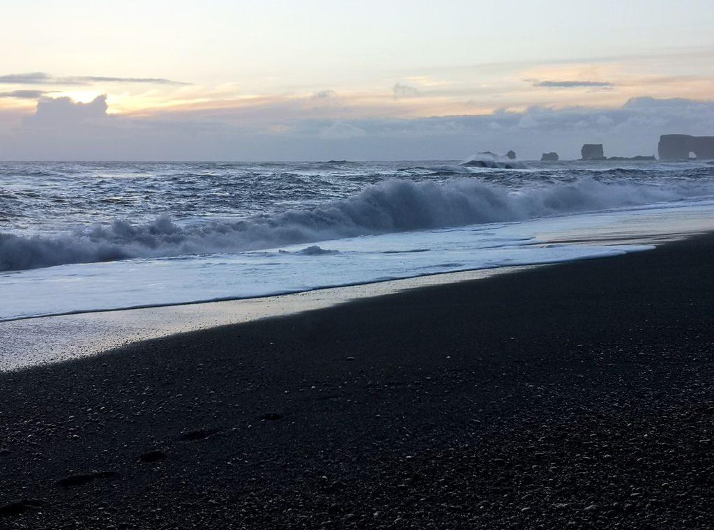 Sončni zahod na najjužnejši plaži Islandije Reynirsfjara