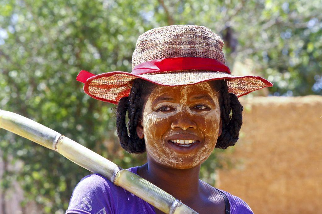 Madagaskar – malgaška ženska s tradicionalno masko poslikavo na obrazu  251547193 1024x683 - Vtisi potnikov novembrskih potovanj