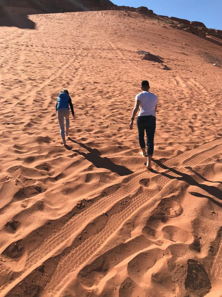 Jordanija-bosi po rdečem pesku