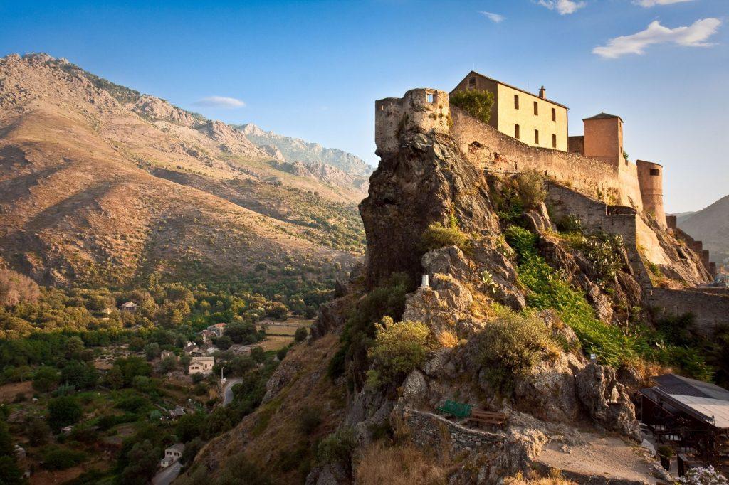 Korzika-Corte-trdnjava in hribi v ozadju