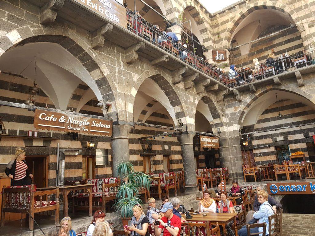 20-vzhodna Turčija-Diyarbakir-čajnica v starodavnem hanu in čaj kot doživetje