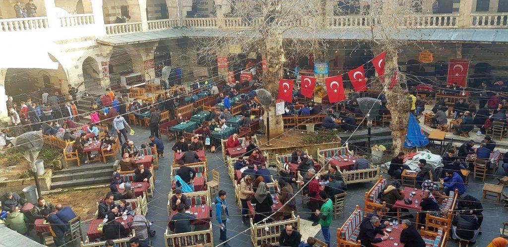 30-vzhodna Turčija-Šanliurfa-čajnica v starem kervansaraju in njeni stalni prebivalci