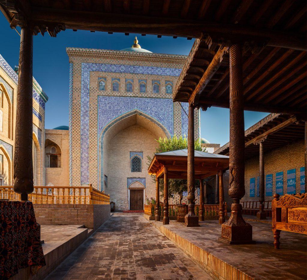 Uzbekistan - Dvorišče starodavne mošeje v Khivi
