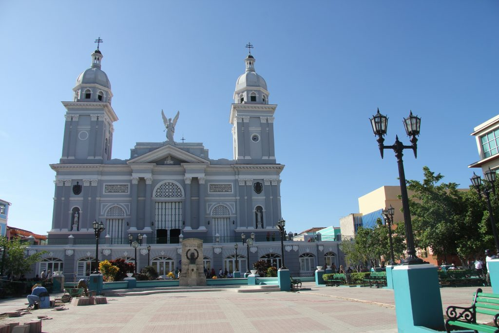 Catedral Basílica de Nuestra Señora de la Asunción ali po naše Bazilika Marijinega vnebovzetja v Santiago de Cuba 1024x683 - Kislo sladka začinjena Kuba, kot EMARGO, GLASBA ...
