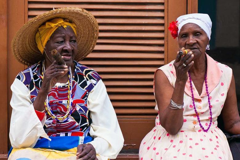 Kuba women smoking a cigar - Novoletna potovanja - vtisi potnikov