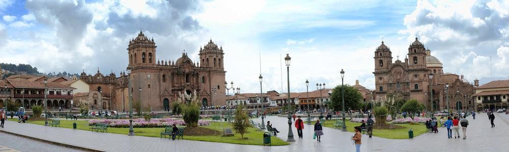 31 Plaza de Armas levo katedrala Catedral del Cusco desno jezuitska cerkev Iglesia de la Compañía de Jesús - Peru - Med potomci Inkov