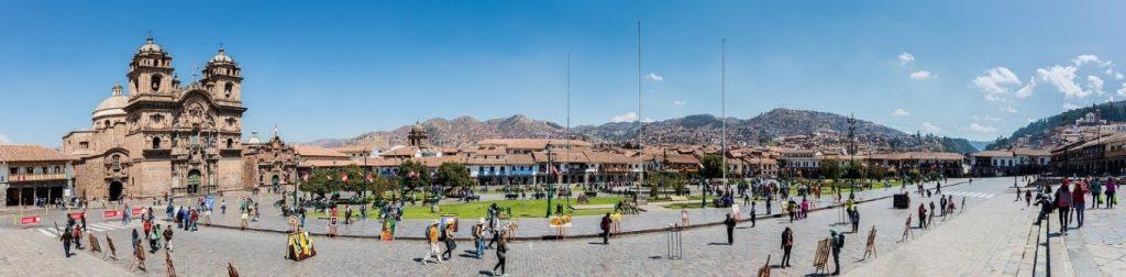 31a Plaza de Armas levo katedrala Catedral del Cusco desno jezuitska cerkev Iglesia de la Compañía de Jesús 1024x252 - Peru - Med potomci Inkov
