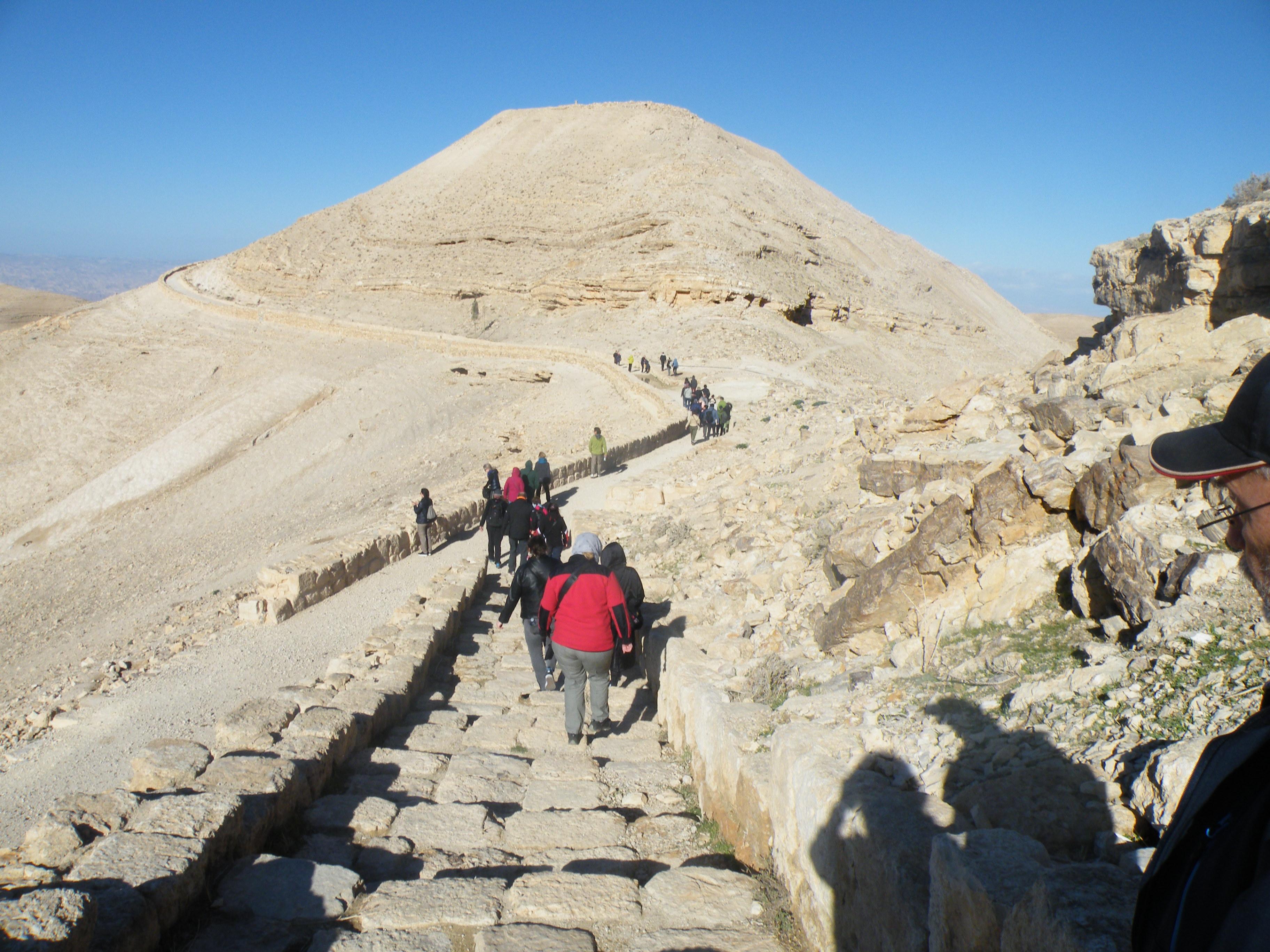 14 - Vzpon na »goro« z utrdbo Mkaver
