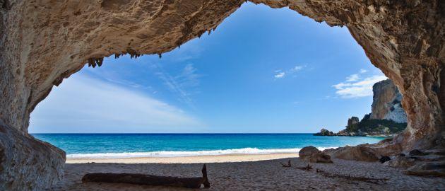 Sardinija-Cala Gonone-pogledi z jame na obalo