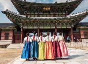 Koreja-Seul-palača-Gyeongbokgung-zenske-v-tradicionalih-oblekah 1
