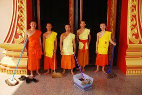 Laos, čiščenje templja
