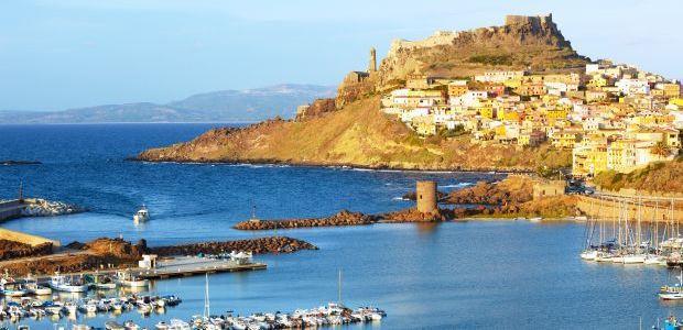 Sardinija-Castelsardo pogled iz pristanišča