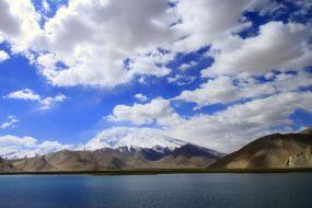 Tadjikistan-Jezero Karakul in veliki Mustag Ata v ozadju