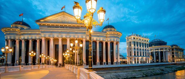Makedonija-Skopje, nočni pogled- most, arheološki muzej
