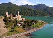 Gruzija-Ananuri samostan v daljavi-grar