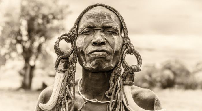 Etiopija-dolina Omo-vojak Mursi