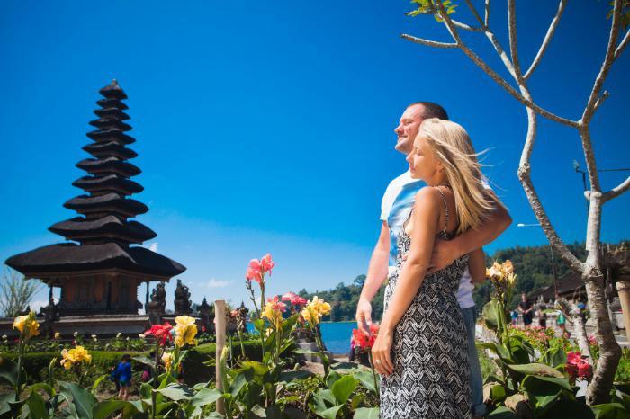 Honeymoon couple near the Balinese temple