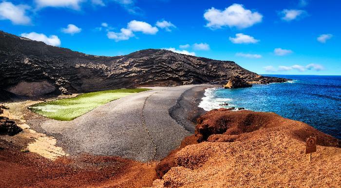 Lanzarote -naravni amfiteater zelenega jezera in črne plaže