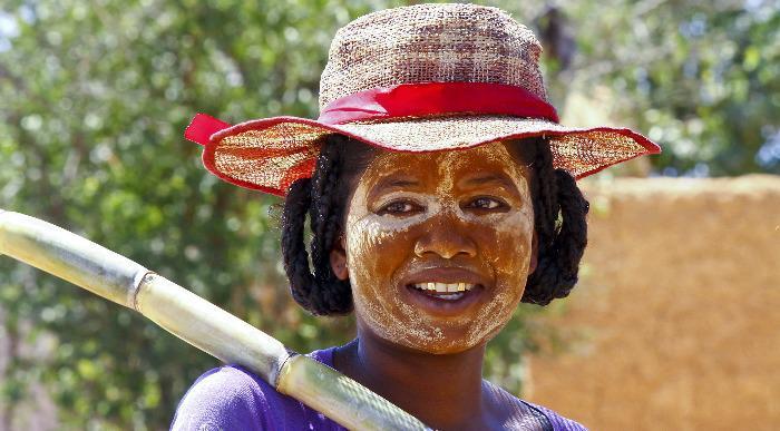 Madagaskar – malgaška ženska s tradicionalno masko-poslikavo na obrazu _251547193
