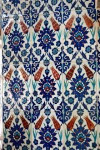 Izniske keramicne ploscice z motivi tulipanov