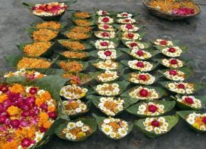 Haridwar - že pripravljene ladjice za spust po Gangi - blagoslov za celo družino