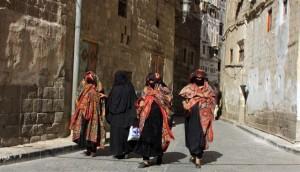 Jemen-Zenske v stari Sani odete v znacilne rdece modre zadorje