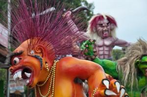 5-V vrstah cakajo posasti in demoni vseh oblik in velikosti, na velicastno parado po vaskih ulicah