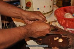SRILANKA-Spretne roke kuharja pri pripravi kruhovcevega karija