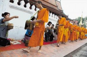 01Luang Prebang jutranja procesija darovanja hrane 300x198 - V objemu prijaznih ljudi