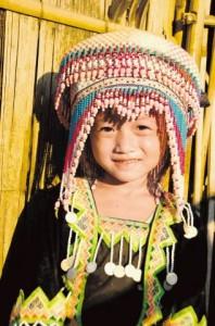 02Deklica v okolici Luang Prebanga 198x300 - V objemu prijaznih ljudi