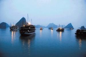05Vietnamski zaliv Halong zvečer 300x200 - V objemu prijaznih ljudi