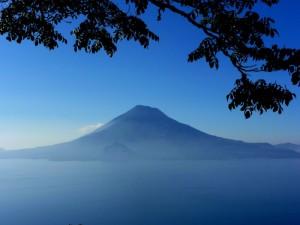 Jezero Atitlan 300x225 - Po majevskih stopinjah skozi Mehiko, Gvatemalo in Belize