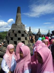 Slika4-Ostalih 16998 otockov-domacinke v budisticnem Borobudurju na Javi