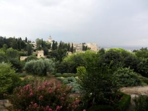 Generalife-Krasen razgled na Alhambro preko zeliščnega vrta
