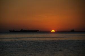 Manila-Sončni zahodi v Manilskem zalivu so čarobni
