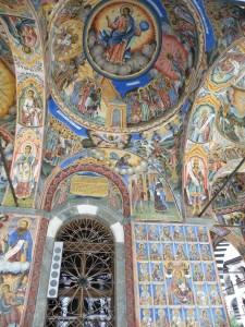 Poslikave na stenah pripovedujejo o Kristusovem življenju in zgodbe iz Svetega pisma