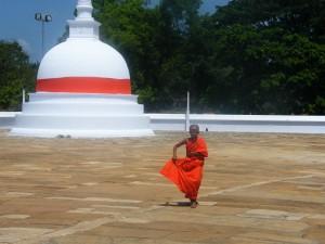 Anuradhapura, mini stupa in menih