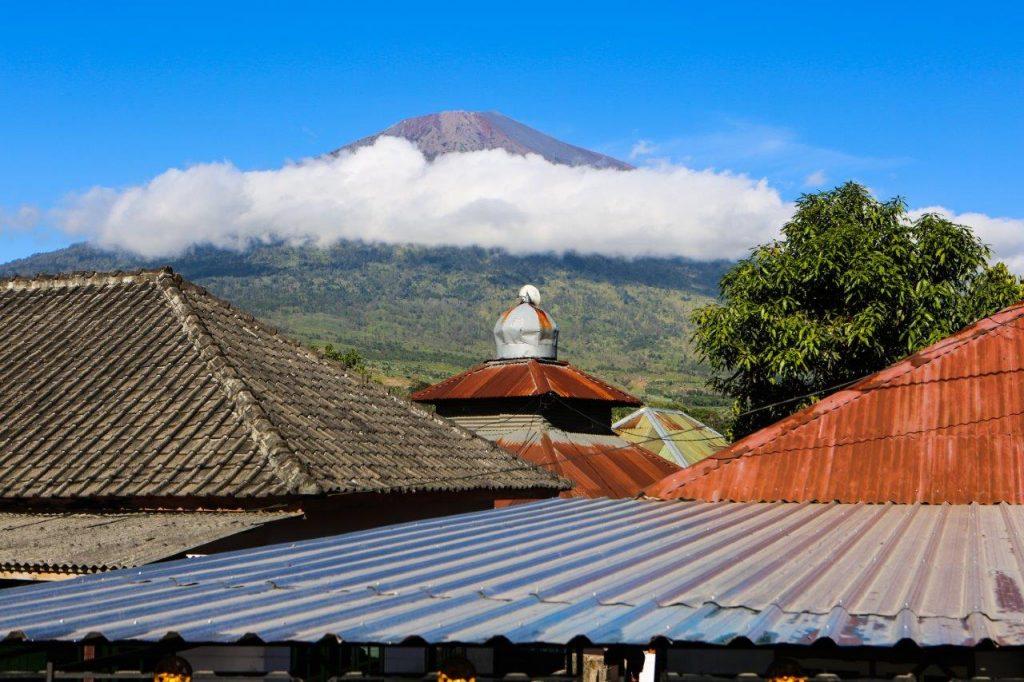 02 Vulkan Rinjani od spodaj fotka 2 v članku 1024x682 - Moj prvi vzpon na Rinjani 3.726 m