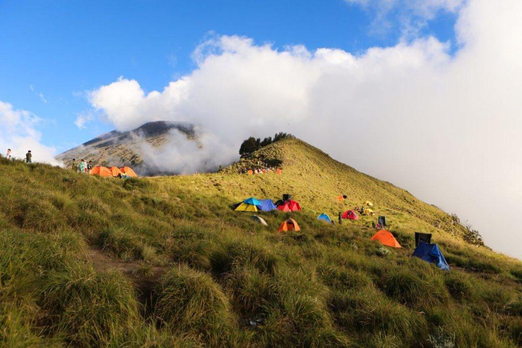 05 Vulkan Rinjani tabor 1 na grebenu fotka 3 v članku 1024x682 - Moj prvi vzpon na Rinjani 3.726 m