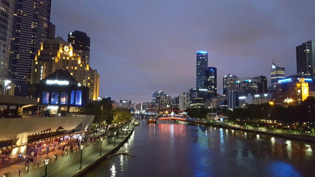 7. Ponoči se odpirajo lepi pogledi na moderni del mesta ob reki Yarri.